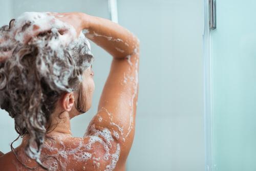 Frau mit Shampoo