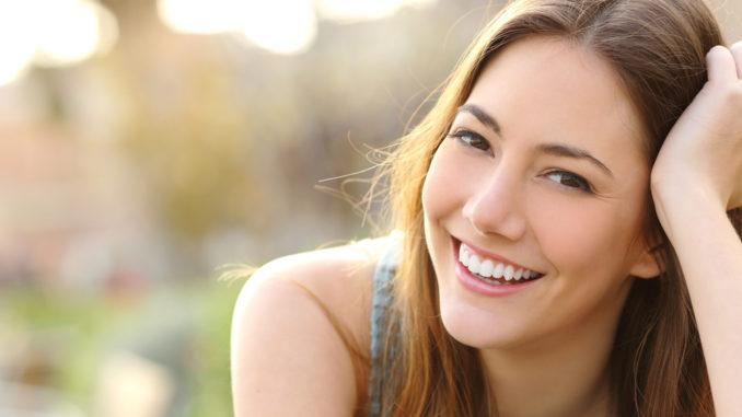Junge Frau mit strahlendem Lächeln